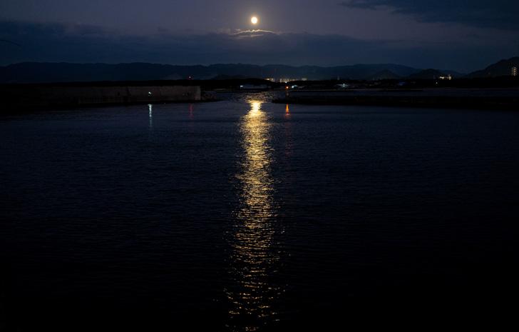 中秋の明月(2019年9月13日)と新宮漁港