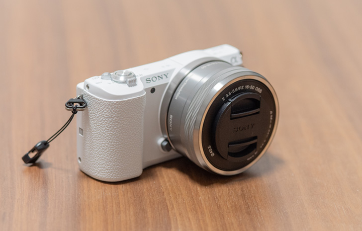 ミラーレスカメラ『SONY α5100』斜め前から全体